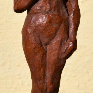 """Jón Leifsson, """"Kvinnlig gestalt"""", lergods, h/b 34x9 cm, 3 800 kr"""